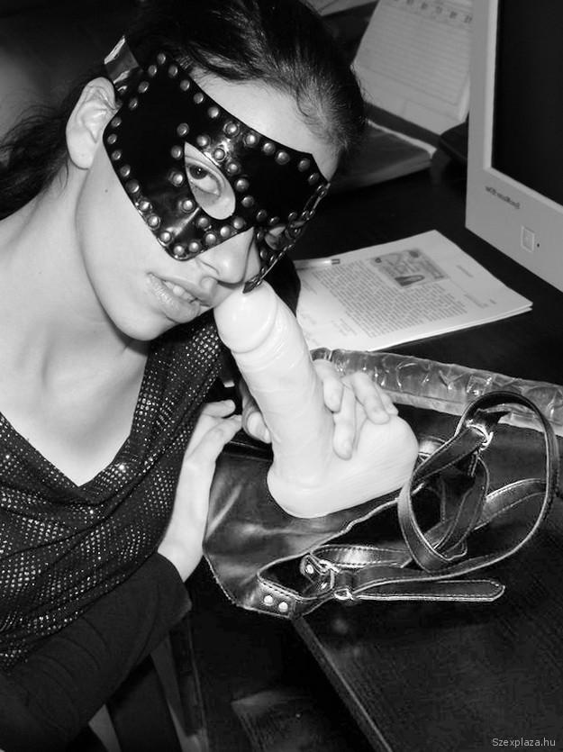 Felcsatolható dildó és álarc szexkellékek Hornyák Viktória castingján
