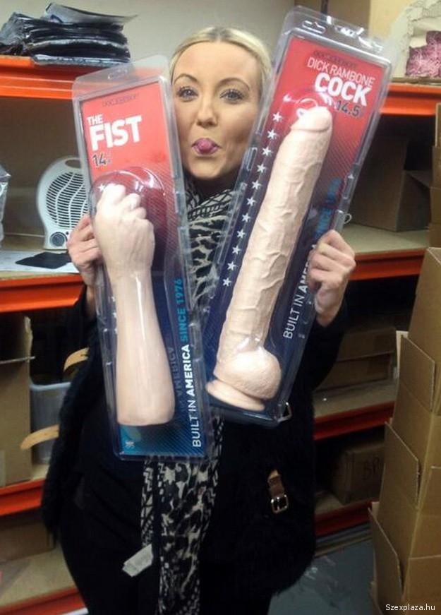 Szexshop áruválasztékát teszteli a nő, ez a munkája