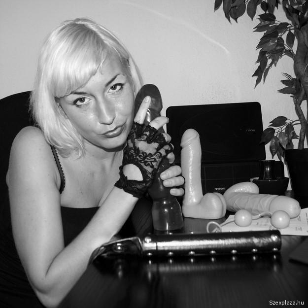 Dildók és gésagolyók Alexandra íróasztalán